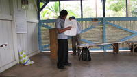 Alternate view of a participant presenting a poster at an agribusiness seminar in Bocas del Toro, Panama